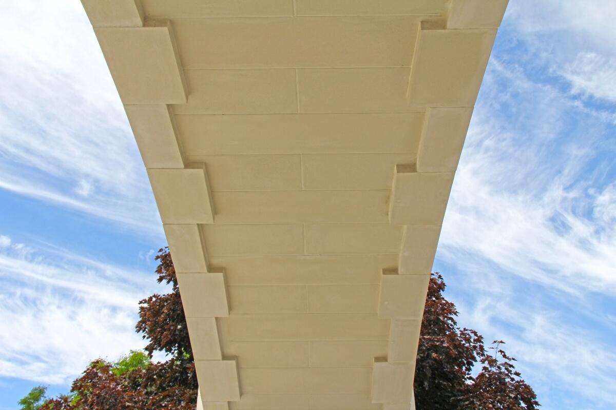 Lightweight stone veneer arch